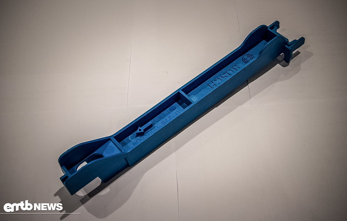 Dieses Spezialwerkzeug wird genutzt, um die Batterie bei der Montage im Rahmen auszurichten