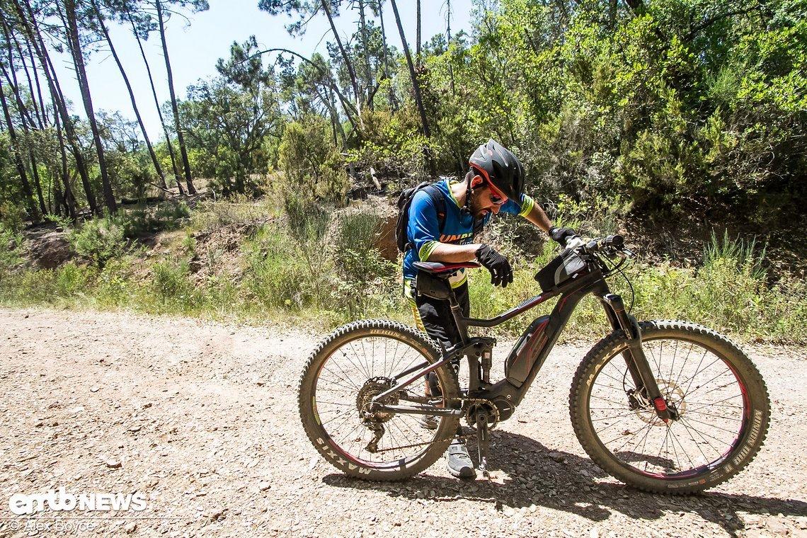 Am Ende von Stage 3 war die Qual offensichtlich. Staub, Hitze, Stages, Anstiege – auch mit dem E-Bike kein Zuckerschlecken.
