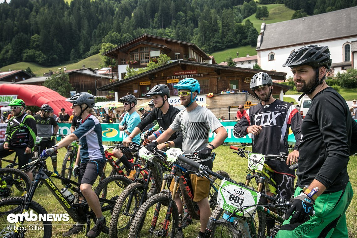 Vor dem Start stehen alle Racer zusammen