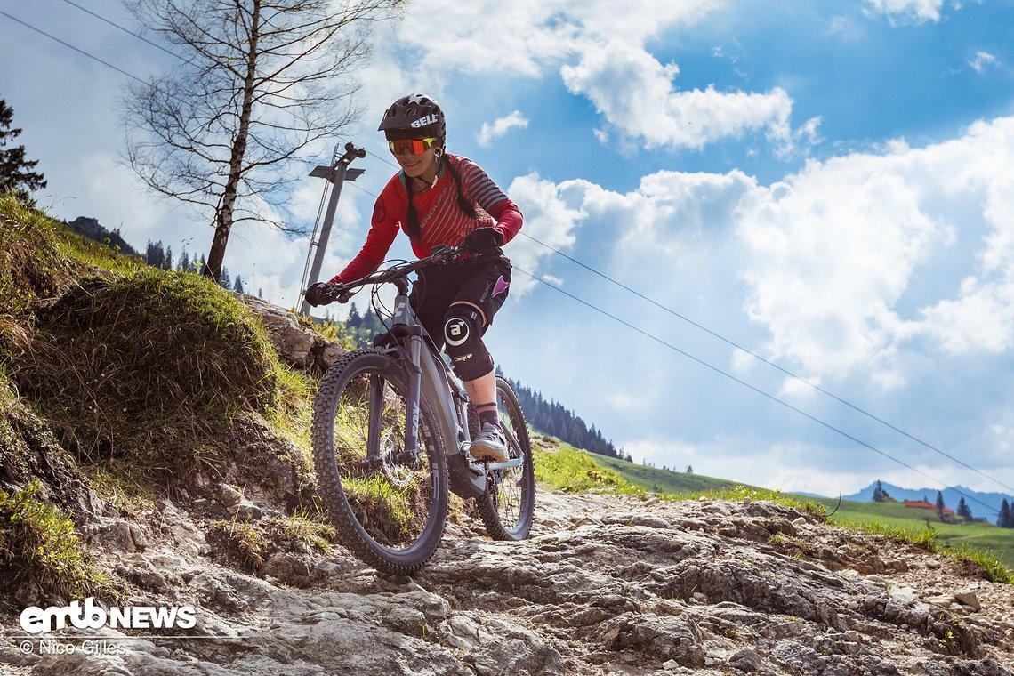 Ruppige Trails werden genauso schwungvoll genommen, wie leichte Schotterpisten