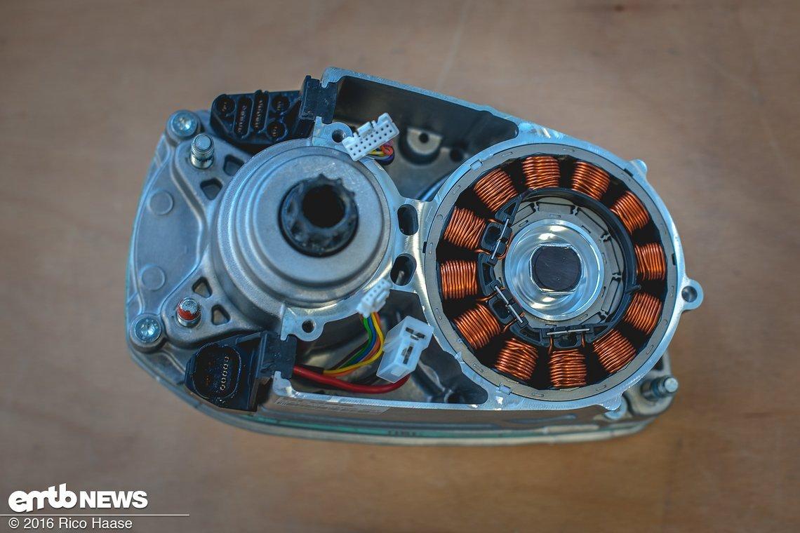 Ein Blick hinter die erste Abdeckung zeigt den eigentlichen Elektromotor mit seinen leistungsfähigen Spulen