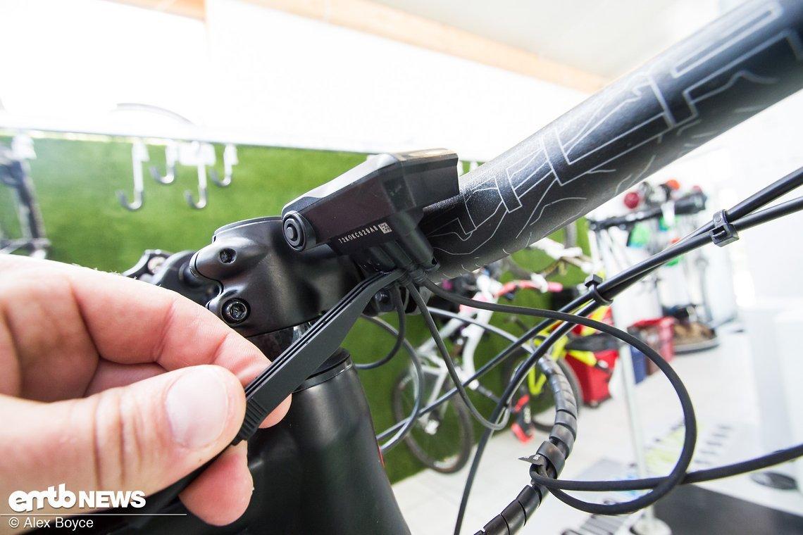 Es empfiehlt sich die Kabel mit dem Shimano-Werkzeug vorsichtig zu entfernen oder anzuschließen