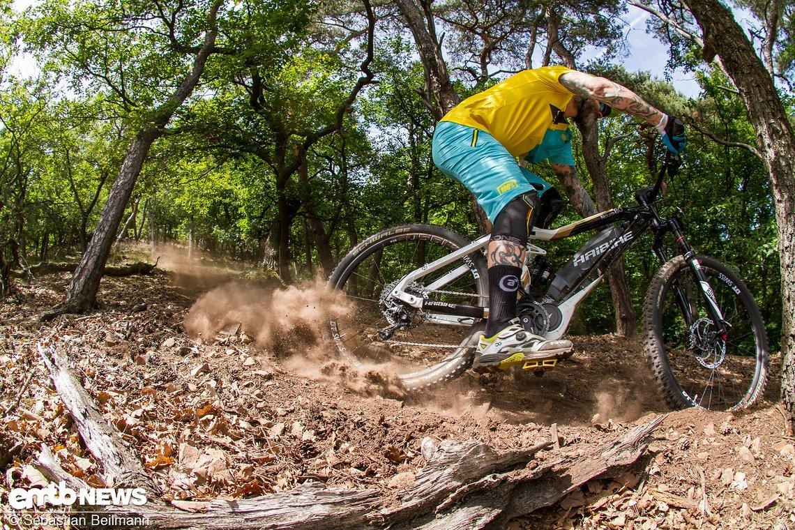 Trockener, loser Boden in Kombination mit schnellem E-Bike