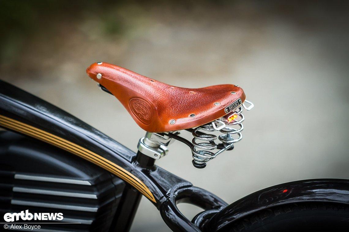 Das E-Bike wird mit einem hochwertigen Brooks-Sattel ausgeliefert.