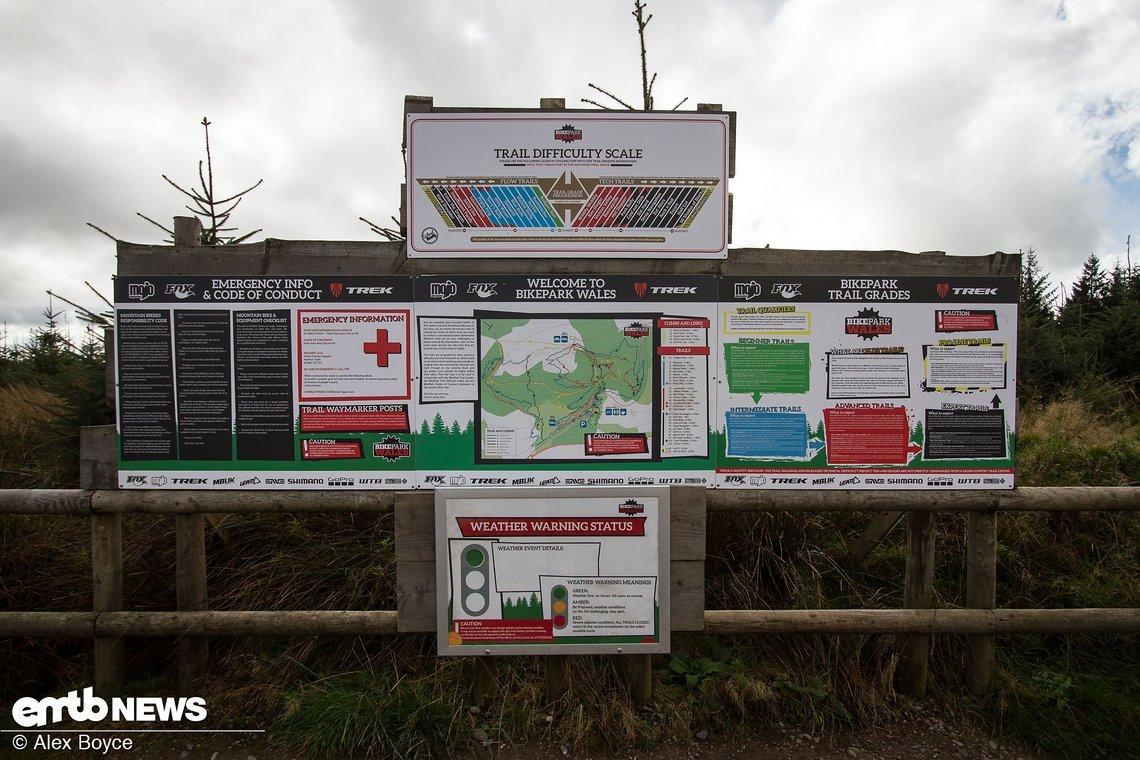 Auf dem Gipfel steht ein großes Schild mit allen möglichen Informationen zu dem Bikepark den Trails
