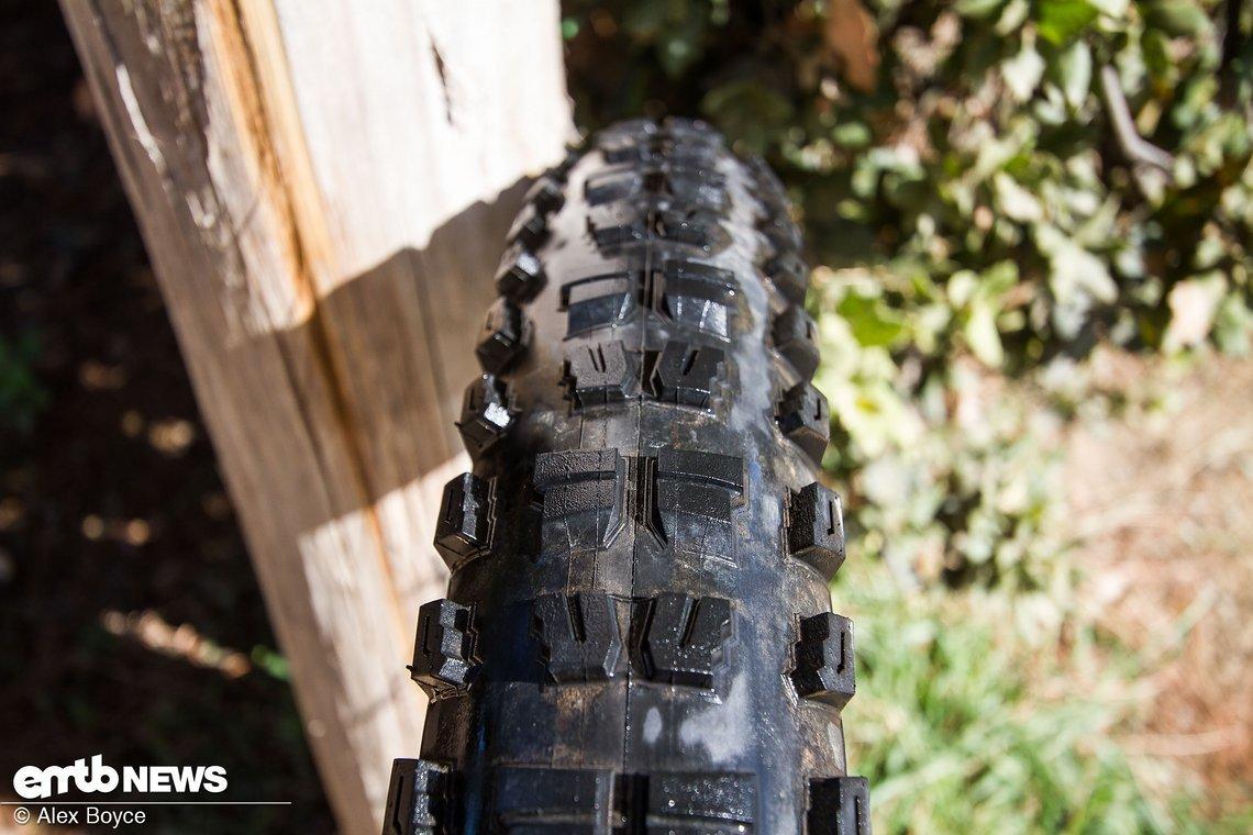 Das Reifenprofil schafft einen guten Kompromiss zwischen eckig und rund.