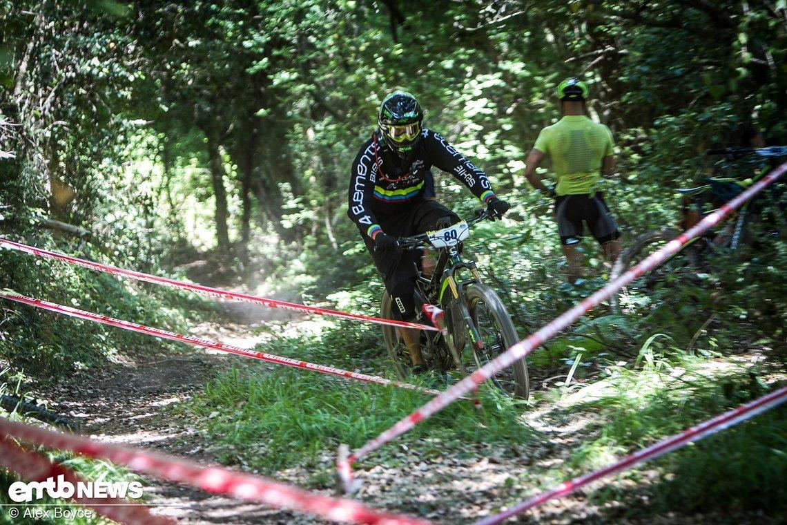 Auf den Uphills finden sich Schikanen, die die Fahrer verlangsamen sollen. Dabei schauen die Judges genau auf die Bikes der Fahrer, um mögliche Manipulationen aufzudecken.