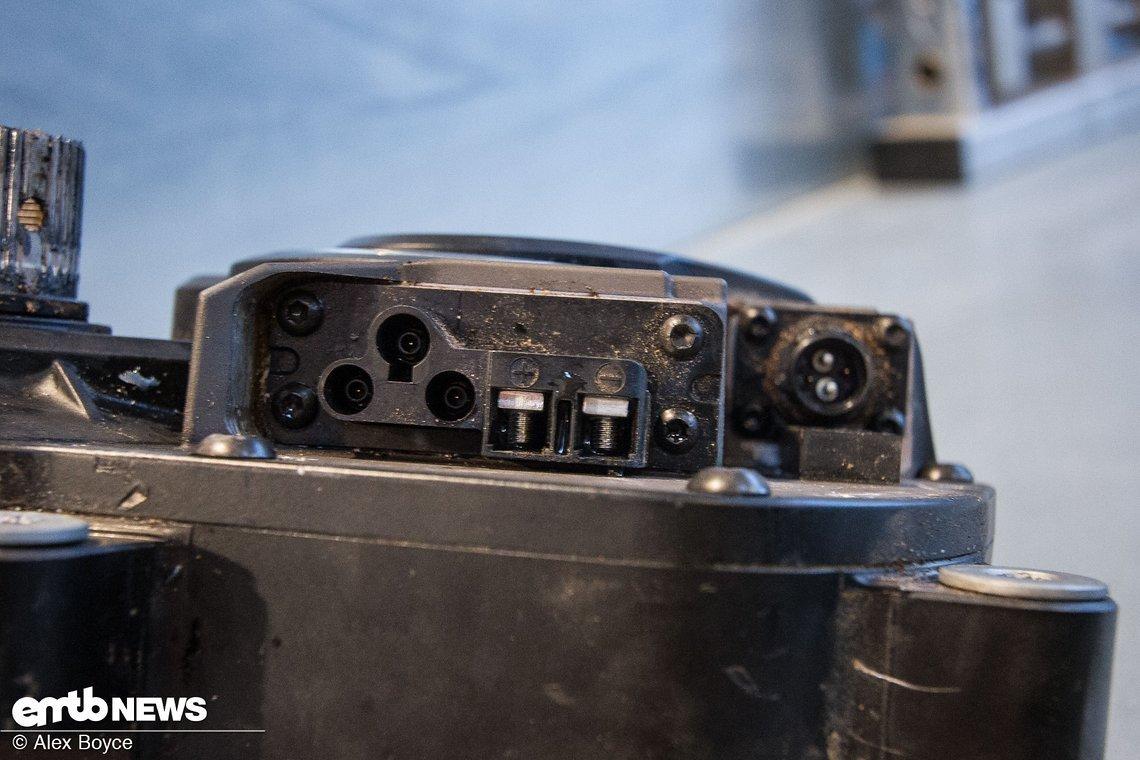 Stecker und Anschlüsse an der Außenseite des Motors