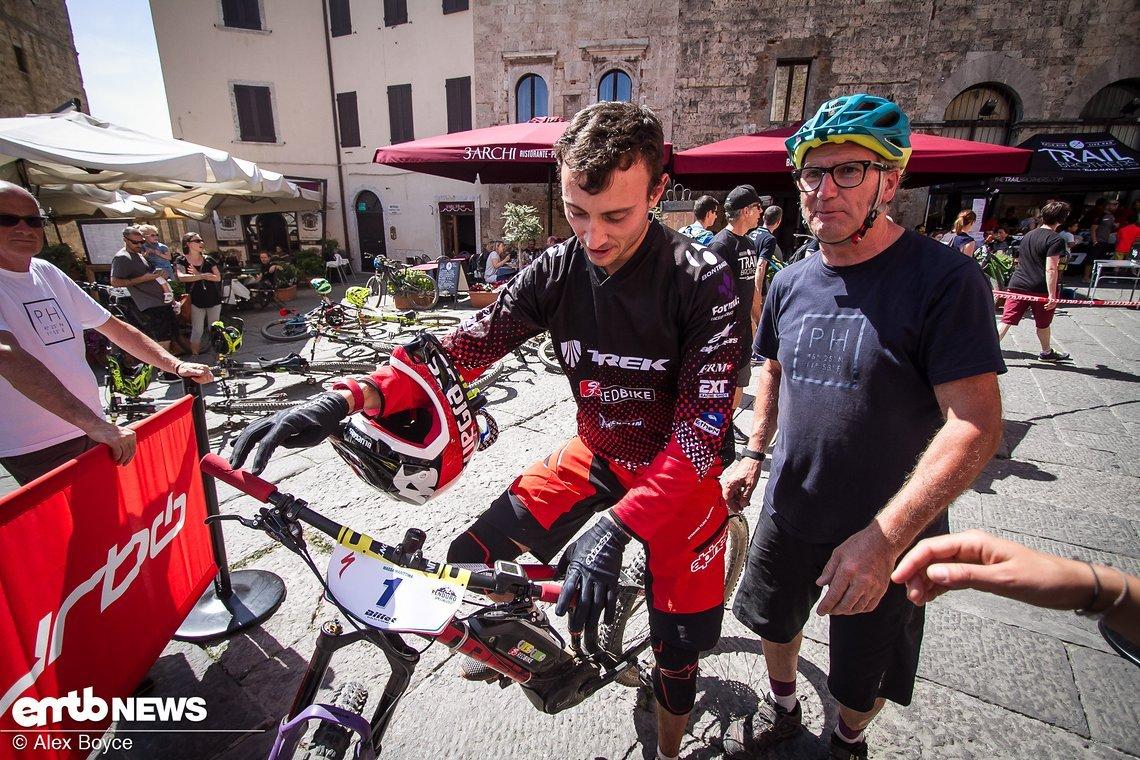 """Vittorio Gambirasio überquerte die Ziellinie als Erster und gewann die Zweite Runde der Serie. Er ist der amtierende italienische Enduro-Champion und antwortete auf die Frage, wie er E-Enduro-Rennen fand, nur mit: """"Hart …"""""""
