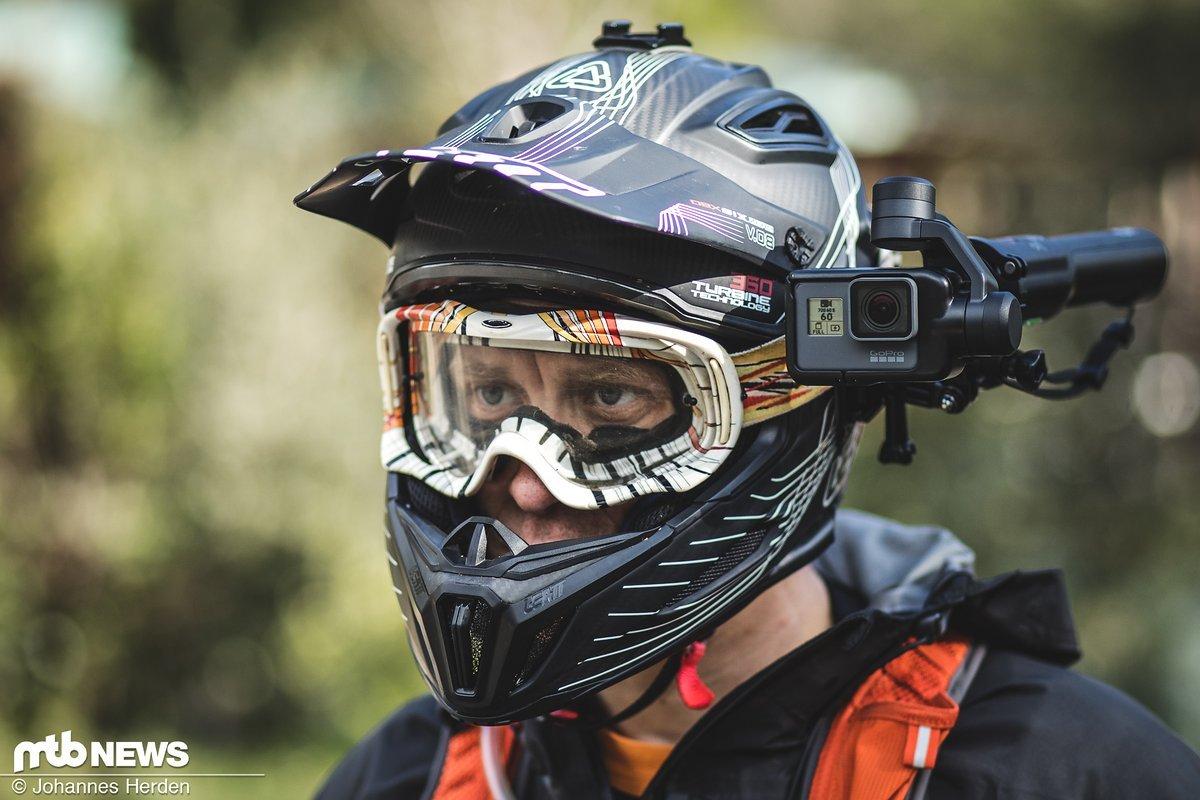 Der GoPro Karma Grip lässt sich auch super am Helm befestigen.