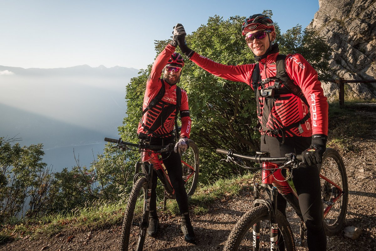 Hier können die beiden den Gardasee beinah schon riechen. in 27 Stunden und 20 Minuten überqueren die beiden Sportler die Alpen. Chapeau!
