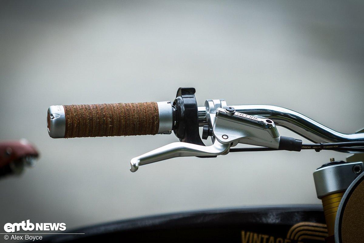 Shimano Alfine Zwei-Finger-Bremsen, die speziell für das Scrambler gemacht wurden, sowie ein paar wirklich coole Ledergriffe.