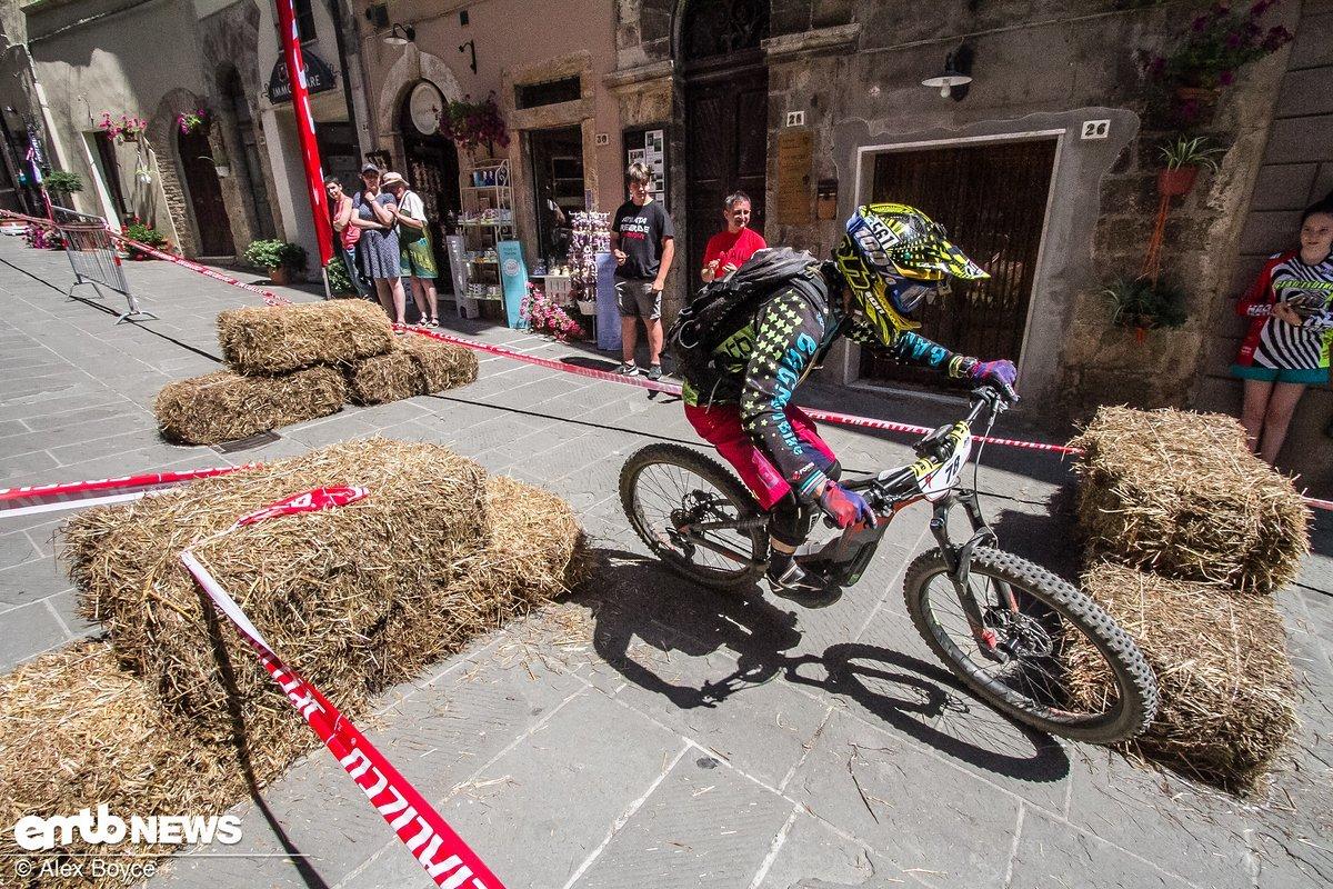 Stage 4 in der Altstadt, das klassische Enduro-Ziel im Ort, bot den Fahrern die perfekte Bühne, um der Bevölkerung den Radsport nahe zu bringen.
