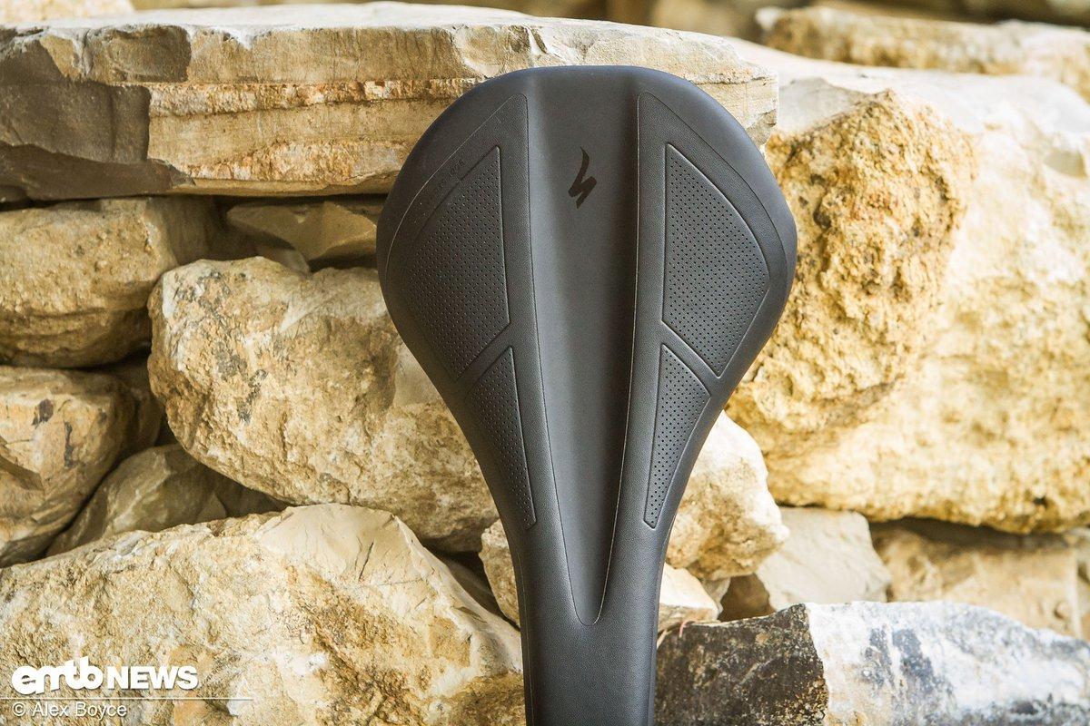 Das reibungsarme Material an Sattelnase und Heck bietet genügend Halt, während die breite und flache Mittelpartie eine variable Positionierung erlaubt.