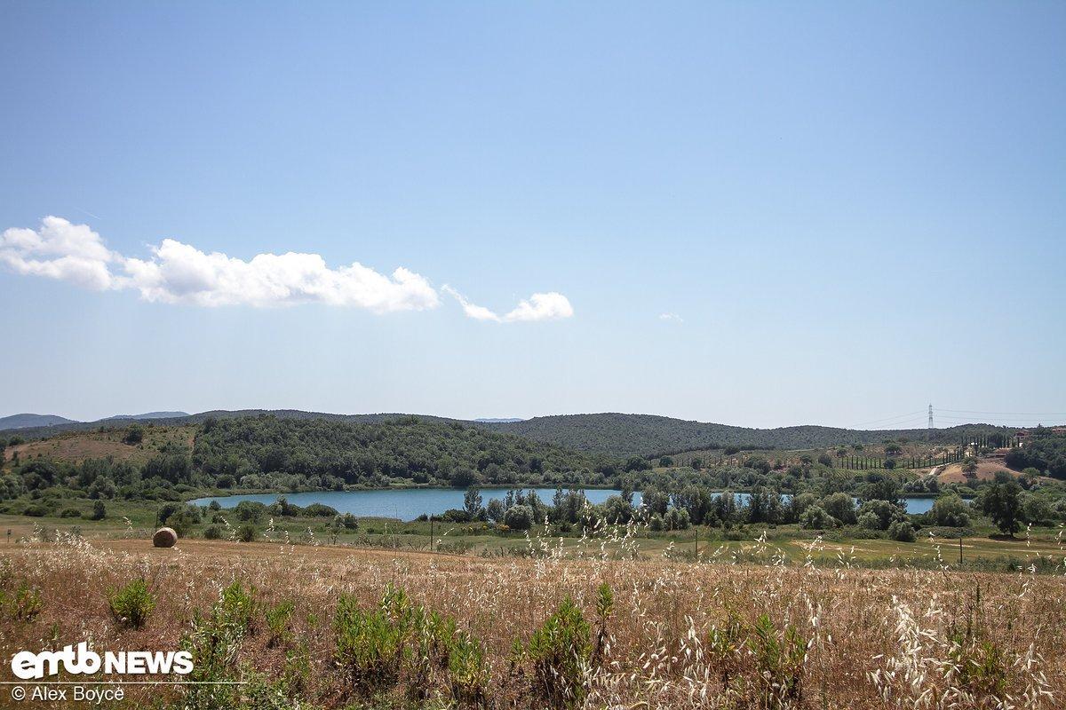 Largo di Acessa, ein Trinkwassersee, muss für die Fahrer sehr verlockend gewirkt haben, als sie auf dem Weg zu Stage 3 waren.