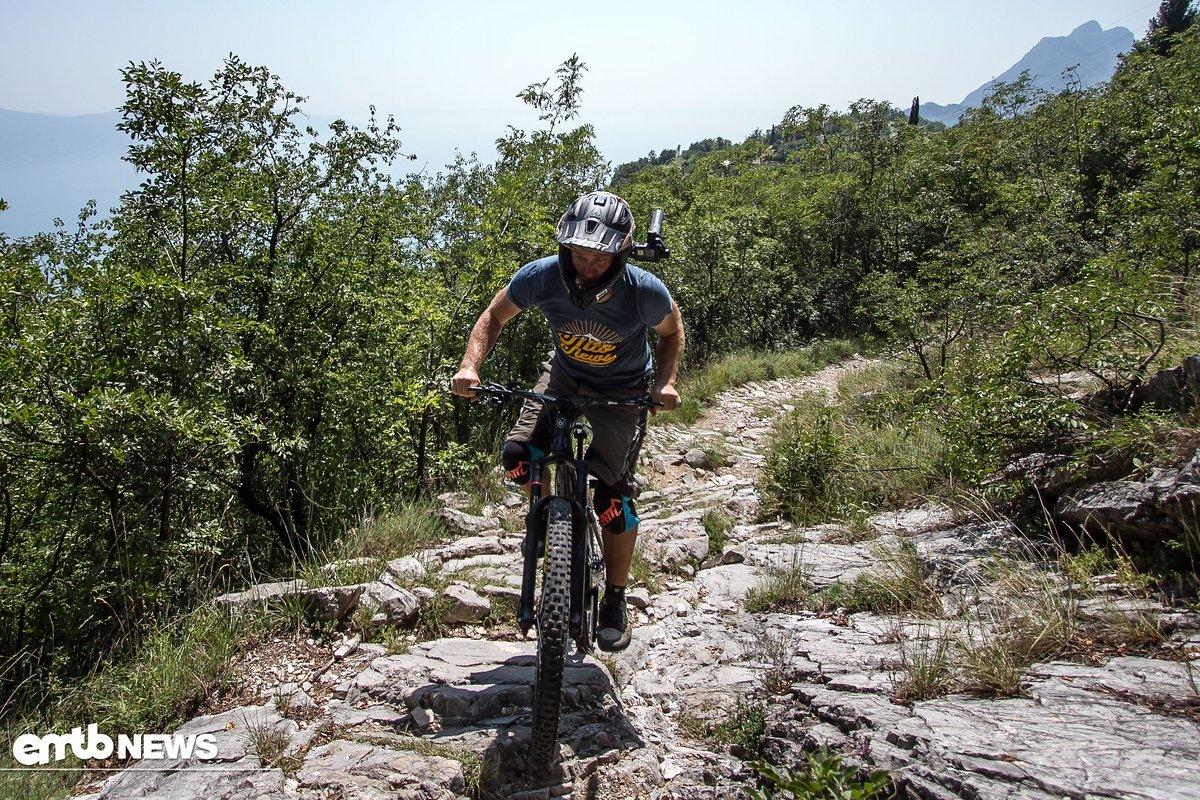 Das Innata Chamois hat keine Schwierigkeiten, technische, steinige Uphills zu meistern.
