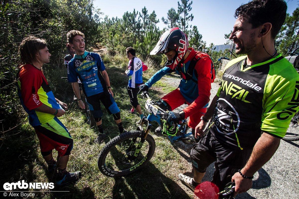 Die letzte paar Fahrer tauschen Tipps für die letzte Stage aus.