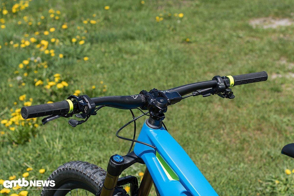 Das Cockpit verfügt über einen breiten Lenker und wirkt für ein E-Bike durchaus aufgeräumt