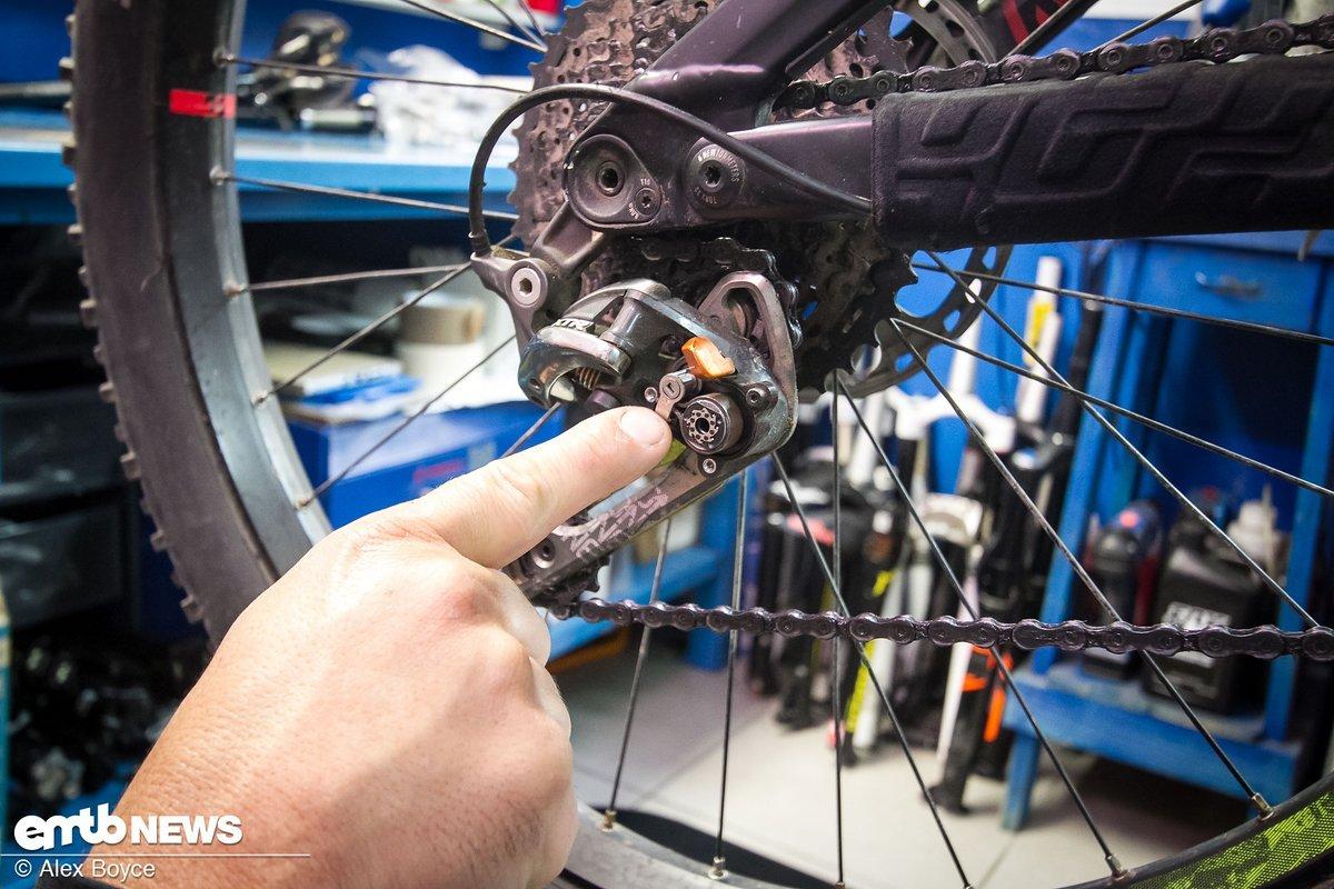 Dieser Mechanismus muss gefettet werden, damit der Hebel ordentlich funktioniert.
