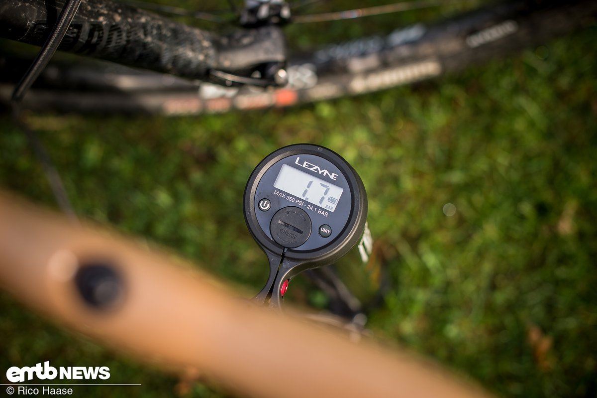 Eine Standpumpe mit digitaler Anzeige erleichtert das Einstellen des perfekten Reifendrucks für dein E-Bike
