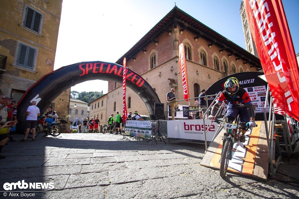 Der erste Fahrer macht sich auf, um die 40 km lange und vier Stages umfassende Runde zu bezwingen.
