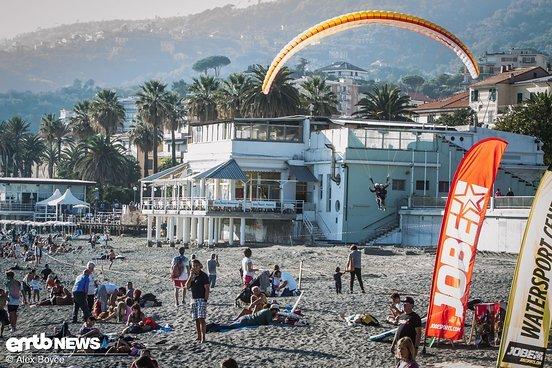 Paraglider landen am Strand