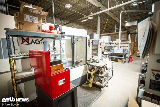 In der Fertigung kommen CNC-Drehmaschinen zu Einsatz, die alle Metallteile herstellen.