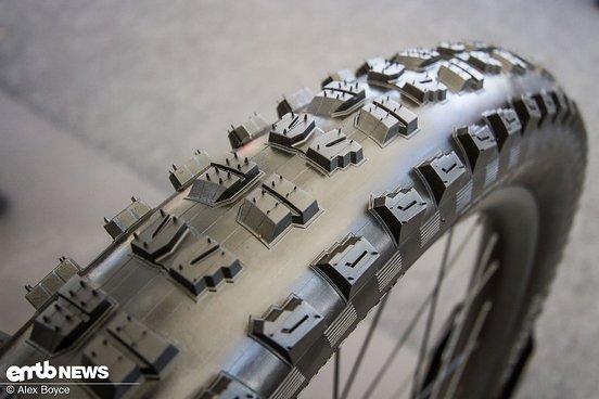 Der große Abstand zwischen den exponierten Seitenstollen und den Mittelstollen sorgt für gute Reinigungseigenschaften und Kurvengrip.