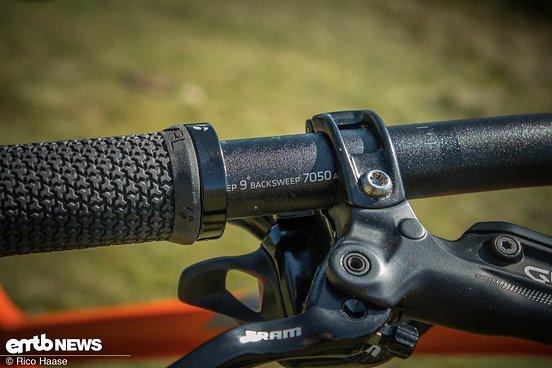 Der Lenker, mit einer 35 mm Klemmung, 750 mm Breite und 9° Backsweep, macht ...