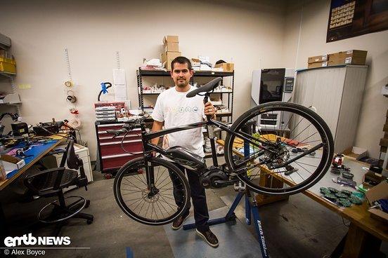 Alex, der R&D Mechaniker, mit einem Bike für einen Lichttest.