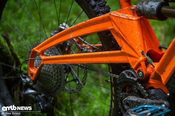 Dank des oberhalb der Kette liegenden Hinterbaus ist das Orange auf dem Trail sehr leise.
