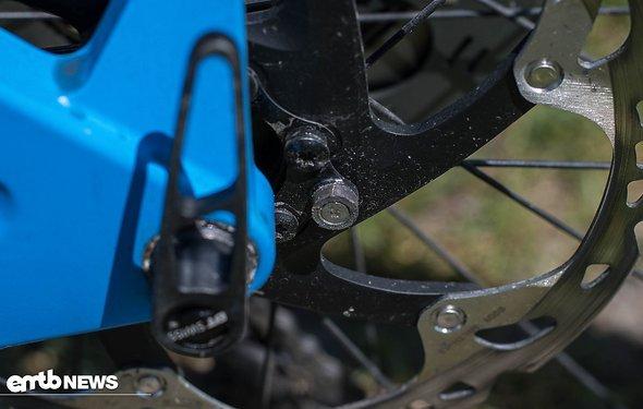Das Gegenstück ersetzt einfach eine der Schrauben der Bremsscheibe.