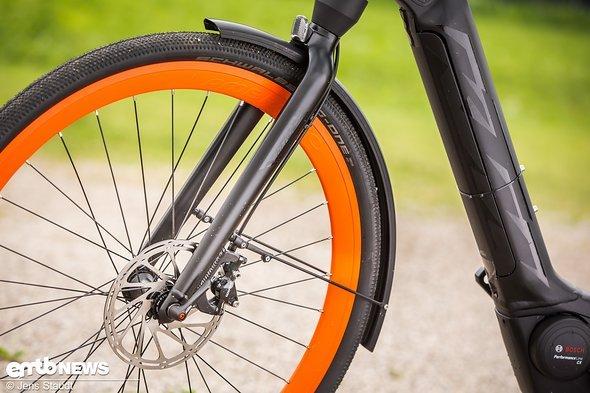 Die Felgen in Knallorange weisen das Rad direkt als KTM aus. Praktisch für Pendler: weit heruntergezogenes Schutzblech