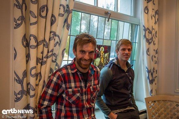 Maxi Dickerhoff von Ghost (links) möchte genau wissen, wohin die Reise beim eMTB-Rennen geht