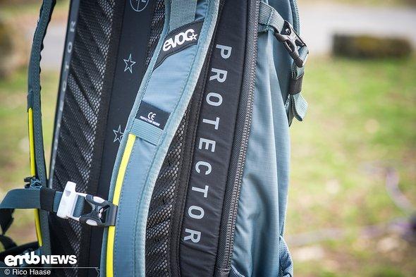 Der EVOC FR Trail E-Ride besitzt einen vollwertigen Rückenprotektor