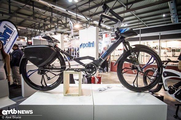 Ein ziemlich merkwürdiges E-Bike, auf dem man in einer eher zurückgelehnten Haltung Platz nimmt.