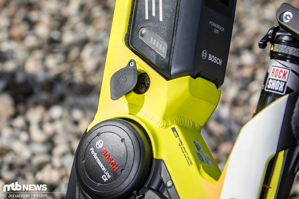 Der Bosch-Akku kann im Rahmen geladen werden.