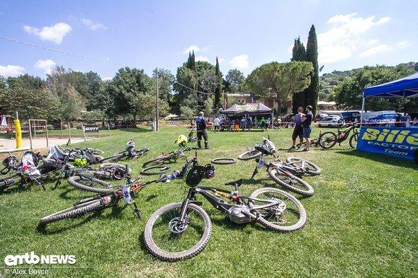 Die Bikes warteten auf ihre Ladung
