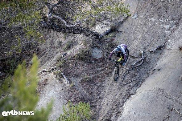 """Dank der sehr guten Traktion des breiten 27,5"""" Plusreifens am Heck sind solche steilen Abfahrten kein Problem."""