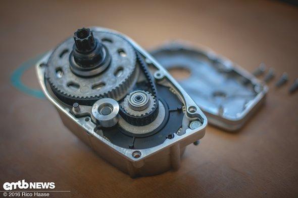 Der Gates-Riemen überträgt die Motorkräfte vom Planetengetriebe, das mit einer Übersetzung von 1:9 arbeitet