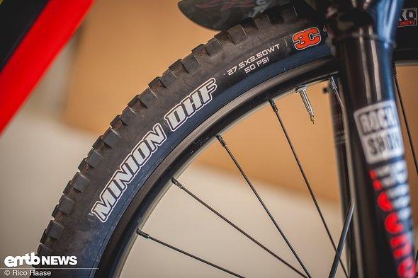 Maxxis DHF-Reifen sind auf dem Vorderrad und ...