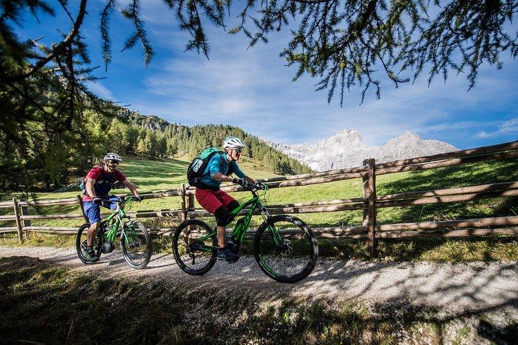 Über schöne Trails - die Berge immer im Blick